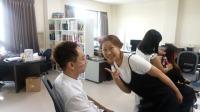 立達國際徵信有限公司 - 公司拍團體照一景,老闆娘在幫老闆化妝