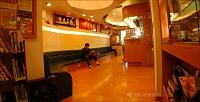 美日牙醫診所 【◆寬敞明亮的一樓候診區,可以在等待時間翻閱書報,放鬆心情。】